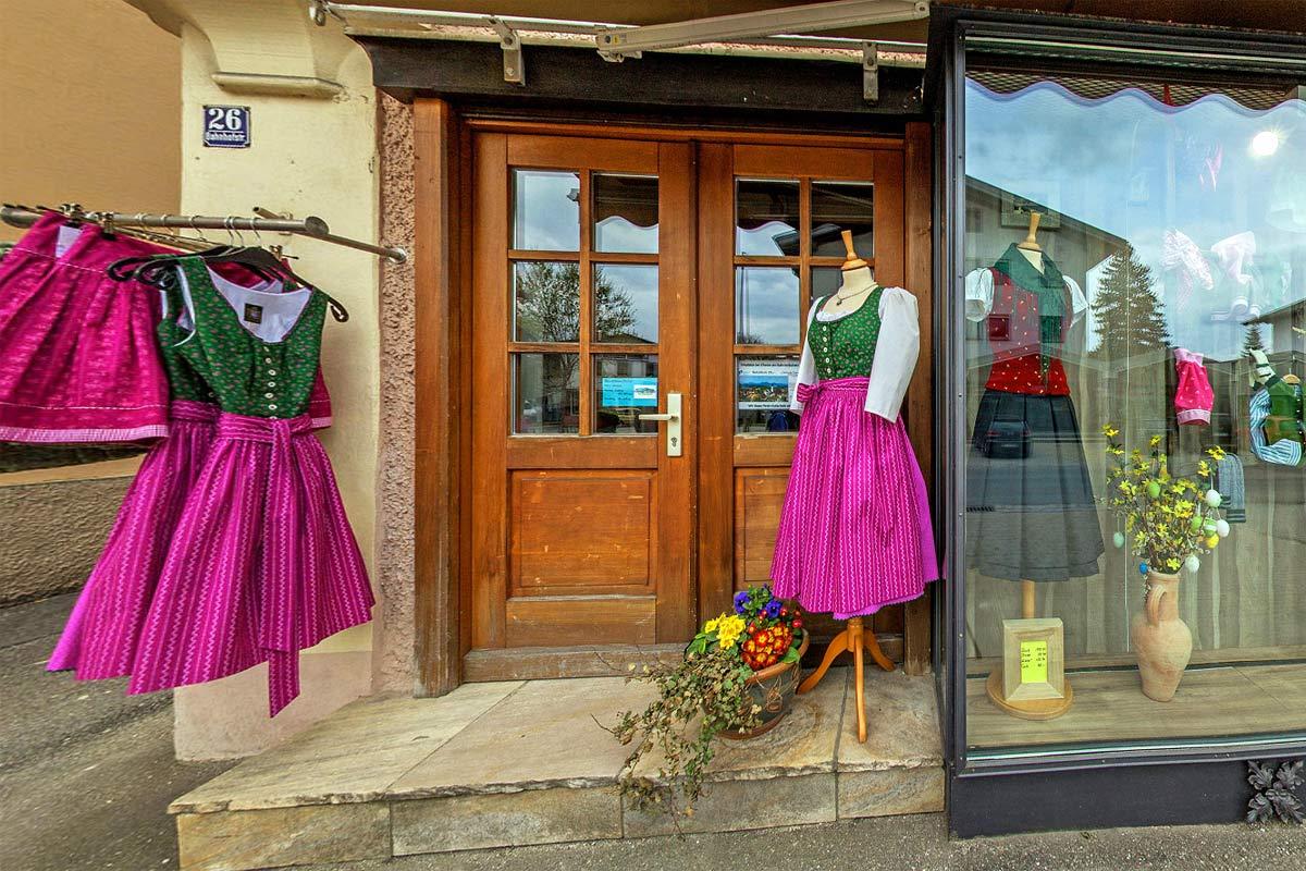 Eingang zum Ladengeschäft Chiemgau Trachten in Bad Endorf