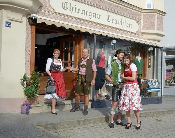 Dirndl und Buam in Tracht vor dem Ladengeschäft Chiemgau Trachten in Bad Endorf