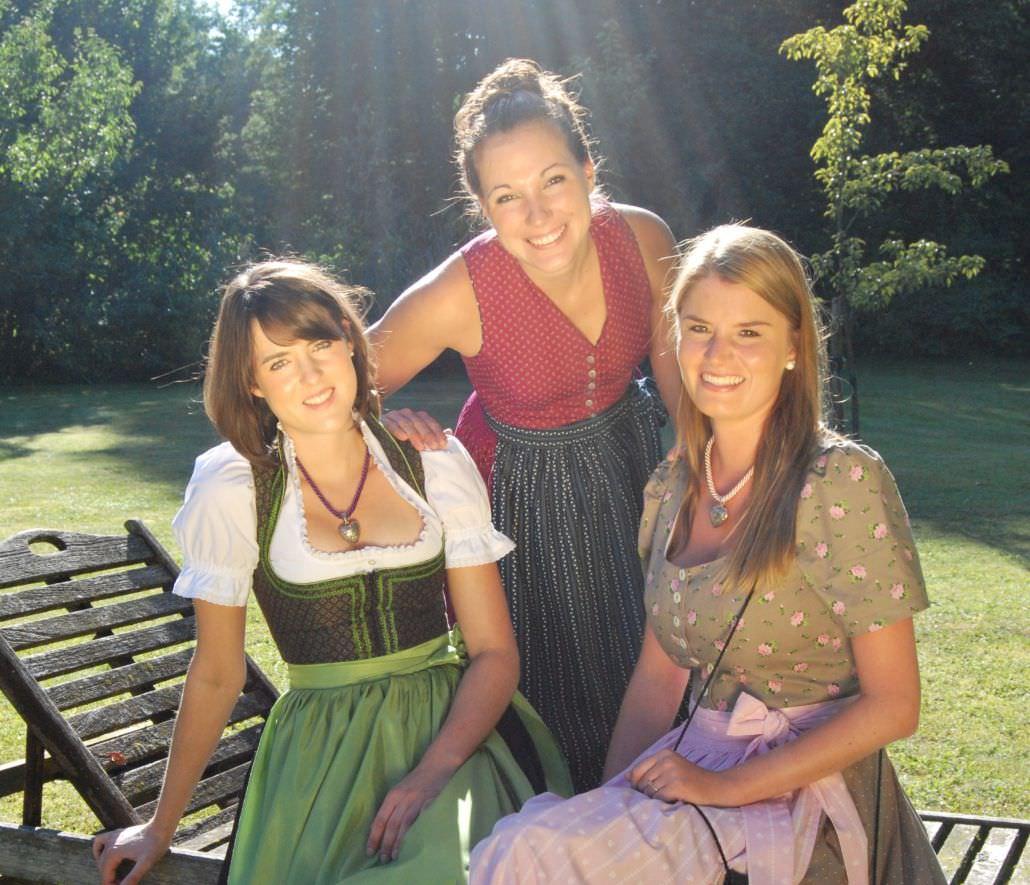 Drei Frauen in Trachtendirndl vom Chiemgau Trachten